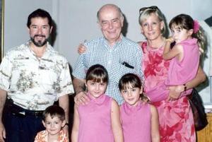 Familia de la Peña Schott con el padre Luis González Morfín.