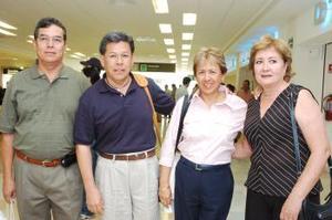 René Saracho y sus esposa recibieron a Sergio Saracho y su esposa, quienes llegaron del Distrito Federal.