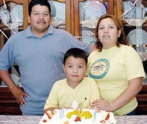 Guillermo Castañeda acompañado de sus papás, Jorge Castañeda y Cande martínez de Castañeda, en el convivio que le organizaron por su cumpleaños.
