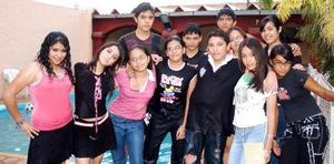 Heriberto Arellano Barrientos acompañado de sus amigos, en el convivio que se le ofreció por su cumpleaños.