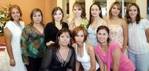 Kathy Ortega acompañada de sus amistades en su fiesta de despedida de soltera.