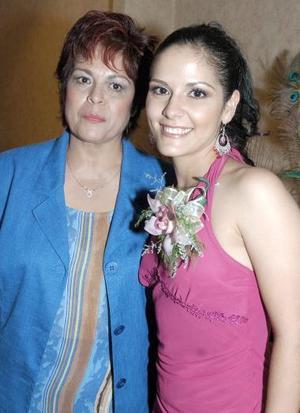Josefina Crabtree García, en compañía de su mamá, el día de su fiesta de despedida.