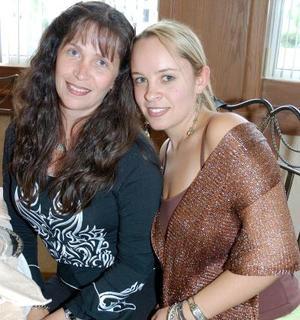 Alejandra Serhan de Reed y Alejandra Reed Serhan, captadas en pasada reunión.