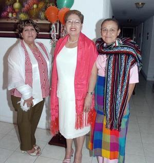 Lucía López Fraire junto a sus amigas Silvia Méndez y Chelita García.