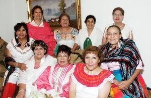 Lucía López,  festejó su cumpleaños muy a la mexicana, junto a Lety, Silvia, Evita, Chelito, Cande, Carmelita, Magda, Socorro y Alicia.