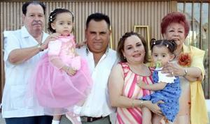 Paola Díaz Couder Medina acompañada de Alfonso Díaz Couder, Olivia Díaz Couder, Alberto Medina y Olivia  Rodriguez.