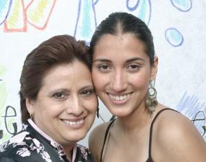 Verónica Beernaert Venegas acompañada de Coco Venegas.
