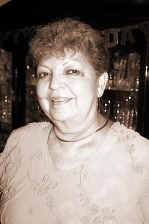 <b>15 de septiembre 2005</b><p> Yolanda Frausto Ruiz, captada en el convivio que le ofrecieron por su cumpleaños.