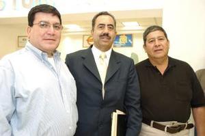 <B>16 de septiembre 2005</b><p> Francisco Monárrez llegó del D.F., lo recibieron Ricardo Serrano y Lino Mijares.