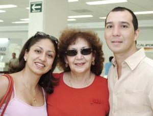 Emilio y Carmen Cañedo viajaron a Mexicali, los despidió Carmen Salas.