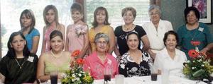Elena Jáuregui Rimanda con un grupo de asistentes a su despedida de soltera. Ella se casará el 15 de octubre con Jorge Reyes.