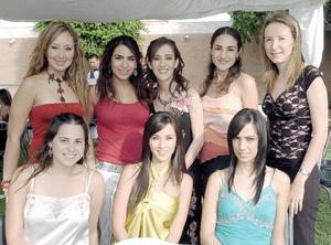 Mónica Alarcón Dávalos acompañada de sus amigas, en la despedida de soltera que se le ofreció con motivo de su próximo matrimonio.