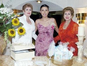 Vanessa junto a su tía Ofelia Siller de Anda y su mamá Luz María Siller Cedillo