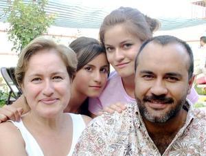 Abdón y Rosario de Garza, acompañados de Ana y Alejandra.