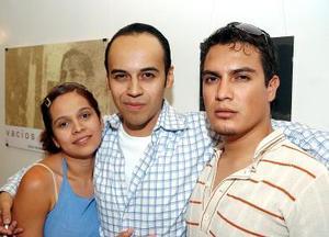 Leslie y Alex Nasa, con Jesús Flores.