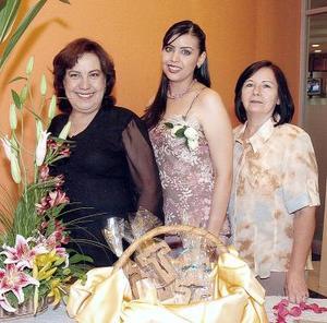 D-Abril Cepeda Rubio junto a su mamá, la Sra. Dora Rubio y su suegra, Alma Rosa Torre..