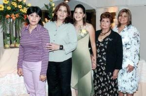 Ingrid junto a las anfitrionas Amelia Ávila Aguilera, Luz Hernández Espinoza, Amelia Aguilera de Ávila y Selena Ávila de Escandón.