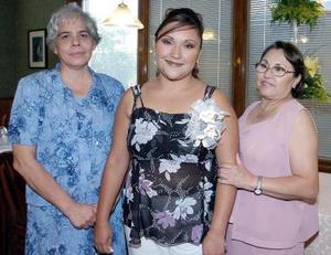 La festejada Adriana González junto a las anfitrionas de su fiesta.