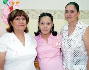 Berenice de Aguilar, acompañada de las organizadoras de su fiesta de canastilla por el futuro nacimiento de su primer bebé.