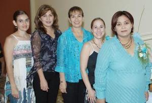 Marcela Domínguez de Rodríguez, acompañada de invitadas a su fiesta de regalos, por el próximo nacimiento de su bebé.