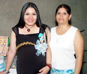 <b>16 de septiembre</b><p> Viviana Figuerola Rosales junto a Bety Rosales Jáquez, en su fiesta de regalos.