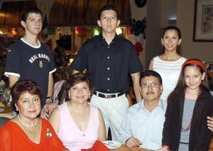 Alicia Alvarado, Lety de Sánchez Moreyra, Carlos, Luis, Claudia e Irma Sánchez Navarro.