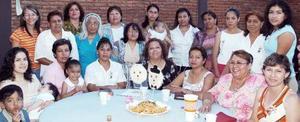 Cecilia Mendoza Morales, acompañada de algunas invitadas a la despedida que se le ofreció en días pasados.