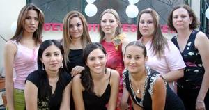 Gloria Menéndez Ramírez acompañada por sus amigas, Érika, Marcela, Vicky, Gaby, Cristy, Emmy y Lourdes., en su despedida de soltera.