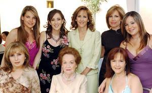 Mónica Alarcón Dávalos acompañada por un grupo de invitadas a la despedida de soltera que le organizaron por su próximo enlace matrimonial.