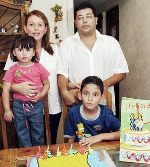 Con motivo de su cumpleaños, Víctor M. Fernández Piedra fue festejado con un convivio por sus papás y su hermana.