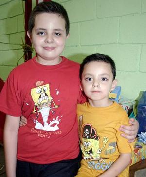 Jesús Javier Osuna Domínguez acompañado por su hermanito Javier Eduardo, el día que festejó su quinto cumpleaños.