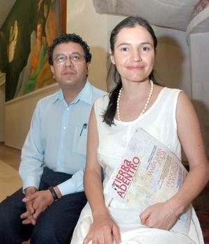 Enrique Romo director del Programa Cultural Tierra Adentro y la creadora plástica Olivia González.