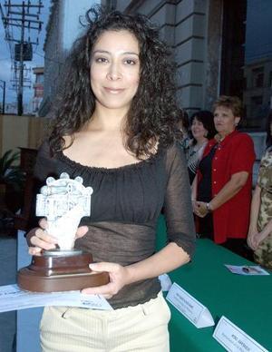 Ivonne Galván, ganadora del génerp de Canto Nuevo o Bolero en el festival Pintando la Música.