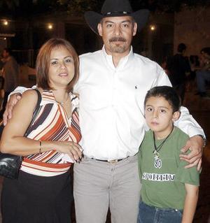 Norma Liu, Arturo Solís y el pequeño Arturo Jr.