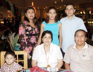 Socorro Morales, Gabriela Miranda, Arturo Miranda, Socorro Miranda y Víctor Morales.