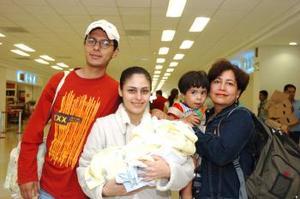 Adriana Pineda y Evangelina Herrán viajaron a Tijuana y las despidió Rubén Hernández