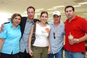 Claudio Sepúlveda y Karla Villanueva viajaron a Puerto Vallarta y fueron despedidos por Carlos y Nina Villanueva y Fernando Lechuga.