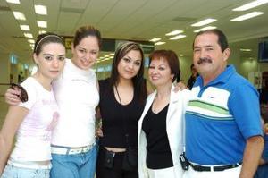 <B>18 de septiembre 2005</b><p> Karla Ángel viajó a Londres y la despidieron sus papás, Carlos Ángel y Lupita de Ángel, y sus amigas, Adriana Morales y Yazmín Valdés