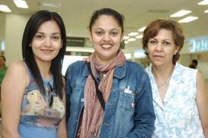 Nora Mendoza llegó  de Lima, Perú y fue recibida por Otilia y Jéssica Mendoza.