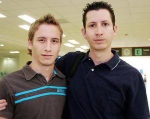 Adrián Plascencia viajó a México y fue despedido por Ángel Rincón.