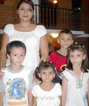 Alejandra Gómez, Alejandra Hernández, Andrea Hernández, Jesús Fabián  Gómez y Rodolfo Caballero en pasado festejo infantil.