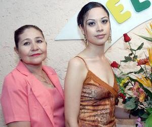 <b>20 de septiembre 2005</b><p> Cynthia Elizabeth Zúñiga Castañeda en compañía de la organizadoras de su fiesta de despedida.