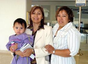 María Paz Badillo y Valery viajaron a Barcelona, las despidió Hortensia Ayala.