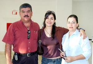 <B>22 de septiembre 2005</b><p> Gabriela Ramírez, viajó a México, D.F. , y fue despedida por Cecilia Romo Y José Luis Ramírez.