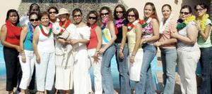 Nuria Ramos Jiménez, acompañada por un grupo de amigas a  la despedida de soltera estilo hawaiano que le ofrecieron por su cercana boda.