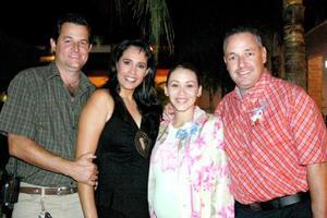 Mayra Corral de González y Javier González acompañados por los organizadores de su fiesta de regalos, señores José llamo Alatorre y Martha Castro de Llamas.