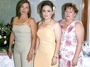 Jenny Robles acompañada por su mamá Yolanda Aznar de Robles y su suegra María Rivas de Martínez