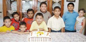 Guillermo Castañeda Martínez, acompañado por un grupo de amiguitos en su fiesta de cumpleaños.
