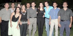 <b>23 de septiembre 2005</b><p> Alejandra Guerrero Tello y David Muñoz del Río acompañados por un grupo de amigos, en la despedida de solteros que les ofrecieron en días pasados con motivo de su próximo enlace nupcial.