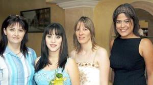 Mónica Franco Macías acompañada por Irma Macías de Franco, Pilar Cabarga de Ramírez y María Luisa Canales, quienes le ofrecieron una fiesta de canastilla en honor del bebé que espera.